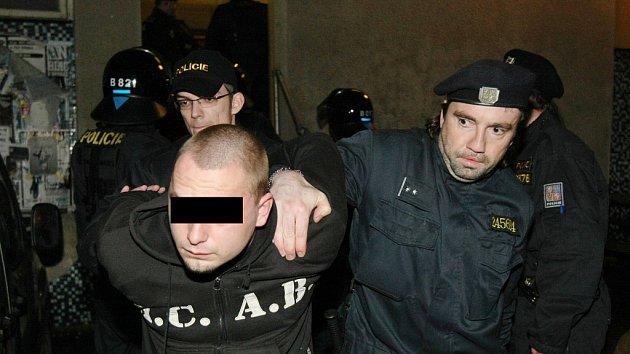 Takto skončil nepovolený koncert pravicových radikálů před několika lety v Lovosicích. Policie rázně nepovolenou akci rozpustila. Archivní foto