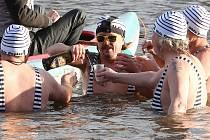 Devět otužilců smočilo svá šlachovitá těla na Nový rok v řece Ohři.