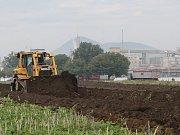 Průmyslová zóna u Preolu se začíná stavět. Buldozér odstraňuje vrstvu úrodné zeminy.