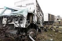 Řidič kamionu převážející zvířata se nevěnoval řízení a naboural do sloupu trakčního vedení železniční tratě 072.