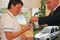 AUTO PRO HANDICAPOVANÉ. Klíčky od vozidla převzala od jednatele společnosti Compact Mirka Káninského vedoucí Srdíčka Marta Lutišanová.
