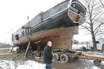 VZÁCNÉ PLAVIDLO. Karel Svoboda představuje devadesát let starou motorovou plachetnici, poslední kus tohoto typu na světě. Po renovaci bude loď také částečně zapojena do pravidelné osobní lodní dopravy na Labi.