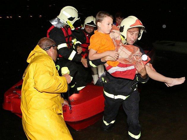 V Píšťanech proběhla dramatická evakuace dětského tábora z ostrova uprostřed jezera.