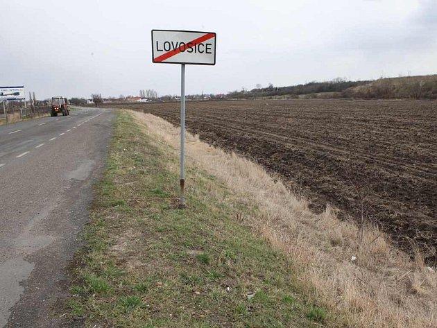 TADY SE MÁ STAVĚT. Na pozemcích proti bývalému překladišti RO–LA mezi Lovosicemi a Lukavcem  by mělo vyrůst nové logistické centrum. Vše je zatím v přípravné fázi.