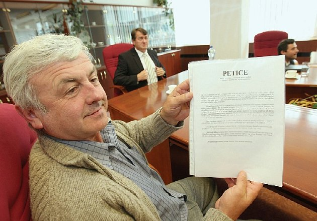 PETICE. Starosta Velemína Jiří Skalický (na snímku) drží v rukou petici za urychlenou dostavbu dálnice D8, pod níž se sešlo na deset tisíc podpisů lidí z asi 150 obcí Ústeckého kraje.