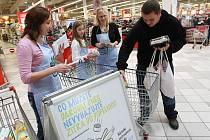 POMOC. Pracovníci Potravinové banky Ústeckého kraje sbírali potraviny v listopadu 2013 i v litoměřickém nákupním centru.