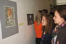 O radost z udělení první ceny v 2. kategorii výtvarné soutěže se s Terezou Pisklákovou přišli podělit i její rodiče. Na snímku si vítěznou práci prohlíží s maminkou.