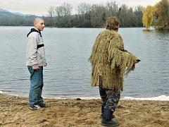 Scéna u píšťanského jezera ve filmu Všechno bude.