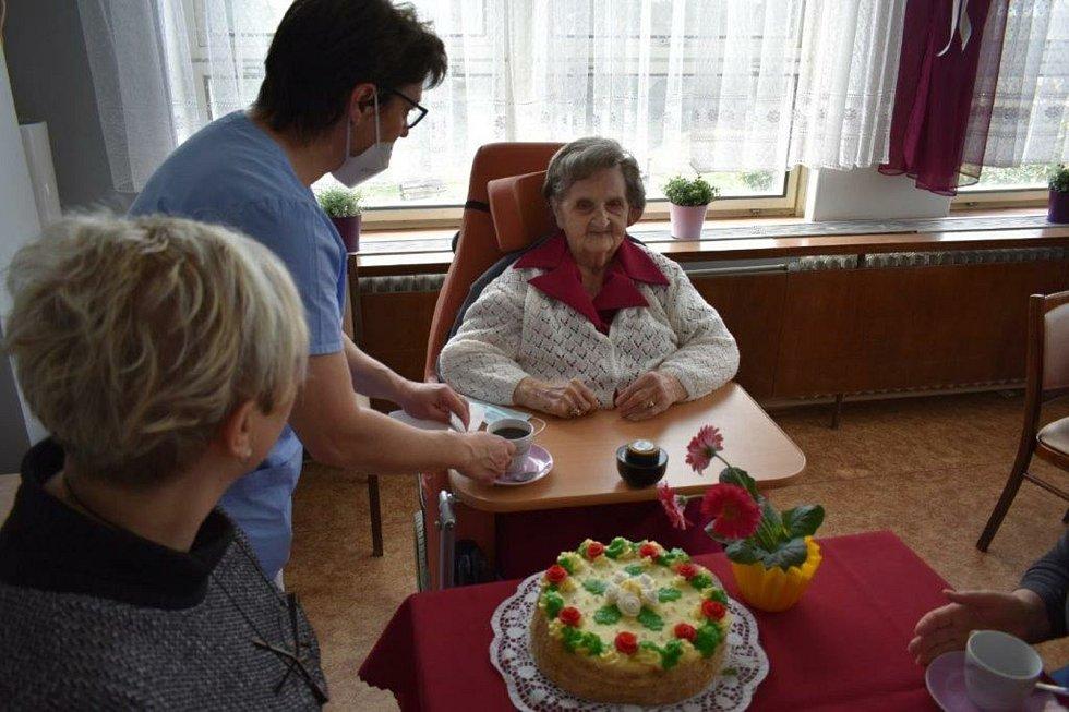 Julie Průšová v Libochovicích oslavila 95. narozeniny