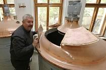 Nový litoměřický minipivovar se návštěvníkům otevře ještě letos. V nabídce se objeví až dvanáct druhů piv, mezi nimi například i letní a vánoční speciály. V příštím roce by podle Richarda Kirbse mohla před domem vyrůst ještě terasa.