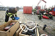 Zdokonalovací výcvik profesionálních hasičů z Litoměřic.