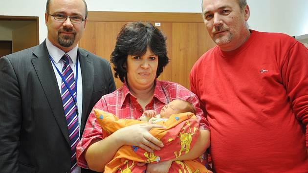 Štastní rodiče Milada Pekárková a Roman Kabát, kterým přišel k právě narozené holčičce popřát předseda správní rady nemocnice Radek Lončák (vlevo).