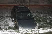 Nehoda u okružní křižovatky u Lovochemie.