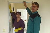 UŽIVATELÉ Domova se zvláštní péčí Skalice při úpravách nových domovů pomáhali. Čekaly na ně drobné práce.