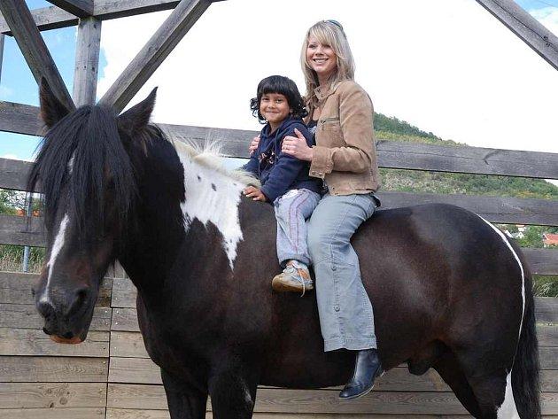 PROJÍŽĎKA. Děti prožily se svou kmotrou Tinou Pletánkovou hezké odpoledne.