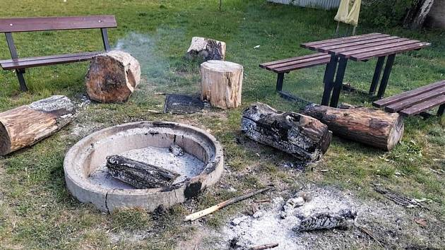 Vandalové poničili veřejné grilovací místo v Lovosicích