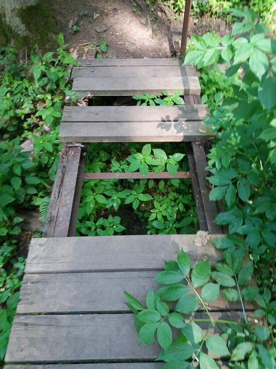 Přes značenou zelenou turistickou trasu Bobří soutěskou leží na několika místech popadané stromy a mostky jsou vlivem zubu času a povětrnostních podmínek ve velmi špatném stavu.