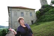 Starostka Vlastislavi Marie Kubíková přibližíla Deníku před tamním zámkem, jak by mohl být objekt využíván. Mezi variantami pečovatelského domu a centra pro turisty vítězí ta druhá.