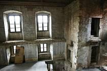ÚŠTĚCKÝ HRAD prošel rozsáhlou rekonstrukcí díky evropským dotacím. Peníze na opravy šly z tzv. Norských fondů. Více než o rekonstrukcích se však poslední dobou mluví o špatném výběrovém řízení, které vyhlásilo vedení města se starostou Bohumírem Jasanským