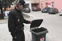 Strážník roudnické městské policie Karel Sedláček ukazuje sběrný box na uhynulou drůbež, jenž je připraven  nedaleko služebny MP v Riegrově ulici v Roudnici nad Labem.