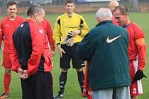 PŘED DUELEM s Lukavcem poblahopřáli zástupci SK Bezděkov Jiřímu Řezníčkovi k pětistému mistrovskému utkání v domácím dresu.