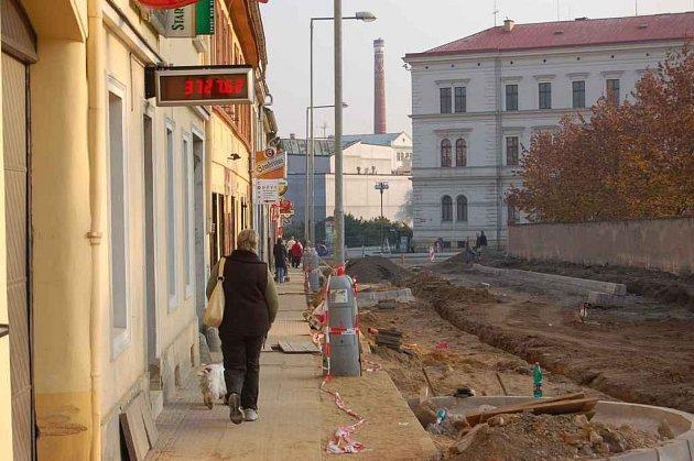 V litoměřické Masarykově ulici probíhají práce na stavbě okružní křižovatky. Osvětlení není dostatečné, a tak večer a v noci tudy projít nemusí být pro leckoho příjemné.