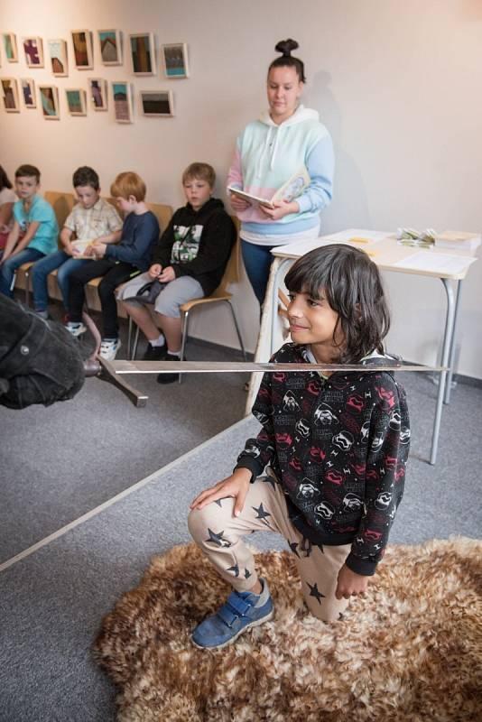 Pasování žáků druhých tříd z Litoměřic v knihovně Karla Hynka Máchy.