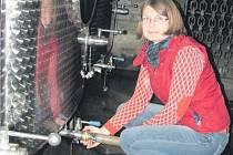 VINAŘKA a ředitelka Hana Líbalová při práci ve sklepích pod roudnickým zámkem.