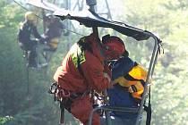 Cvičení záchranářů na lanovce v Bohosudově.