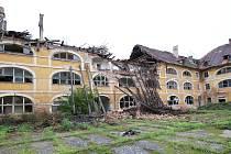Žižkovy kasárny v Terezíně dál chátrají. V pondělí 5. října spadla část střechy a zdi vnitřního traktu.