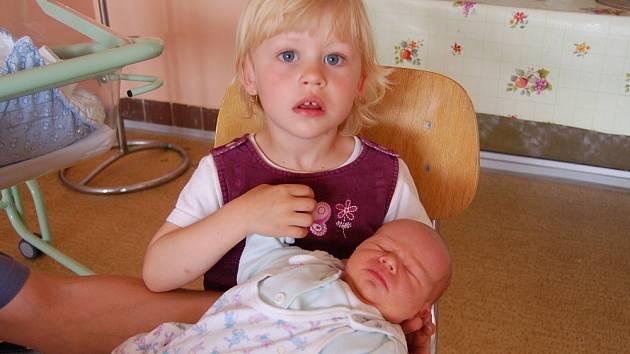 Simoně a Antonínu Procházkovým z Třebušína se v litoměřické porodnici 6. června v 19.47 hodin narodil syn Antonín Procházka. Měřil 51 cm a vážil 3,6 kg. Na snímku se sestrou Kačenkou. Blahopřejeme!