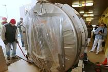 Pracovníci montážní firmy začali postupně magnetickou rezonanci zprovozňovat.