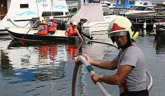 Ropná havárie na jezeře v Píšťanech.