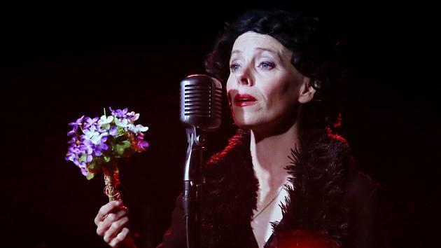 Edith Piaf zazpívala na ploskovickém zámku v představení Divadla Kampa