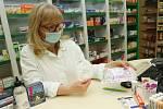 Majitelka lékárny Orchidej v Litoměřicích Miroslava Čapková ukazuje poslední respirátor, který na prodejně zbyl