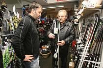 Půjčovnu lyží v Litoměřicích navštívil starosta města Ladislav Chlupáč.