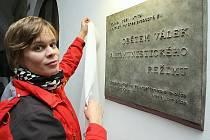 Na snímku je  autorka, sochařka Ilona Staňková při přípravách před odhalením pamětní desky.