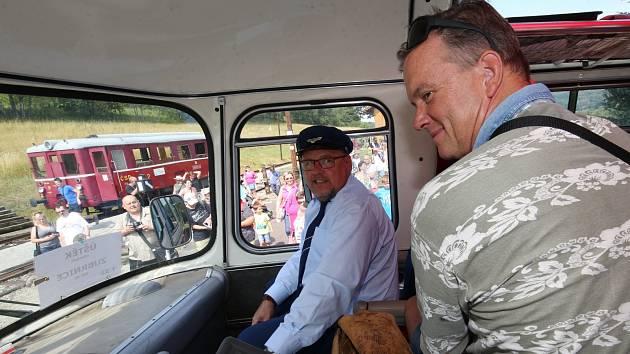 Uličníka Tomáše z filmu Páni kluci Michaela Dymka (vpravo) a herce Václava Koptu si mohli užít v roce 2019 cestující při jízdě historickým autobusem z Úštěku do Zubrnic.