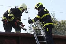Hasiči likvidovali požár vagónů.