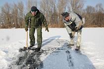 Dokonce i jezero na ostrově u lovosických plaveních komor zamrzlo. Museli tam vyrazit rybáři, aby pomocí seker vysekali do ledu otvory, jinak by hrozilo, že se ryby udusí.