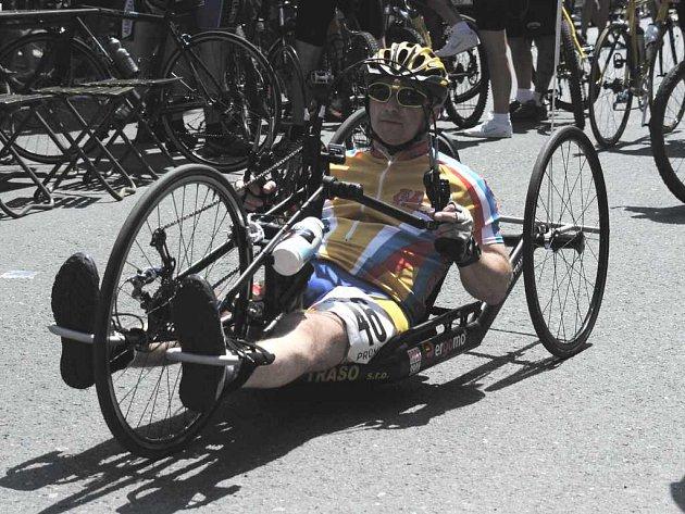 Miroslav Pitra (CVK Česká Kamenice) na svém handbiku absolvoval kratší trať letošního ročníku cyklistického závodu Za pěnivou důvou obdivuhodným průměrem 18,58 km/h.
