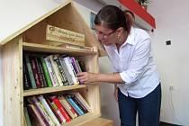 NABÍDKA knížek v novém knihotoči zaujala i jednu z uživatelek chráněného bydlení Lenku Hančlovou, která současně v Palačinkárně v Pekařské ulici v Litoměřicích pracuje.