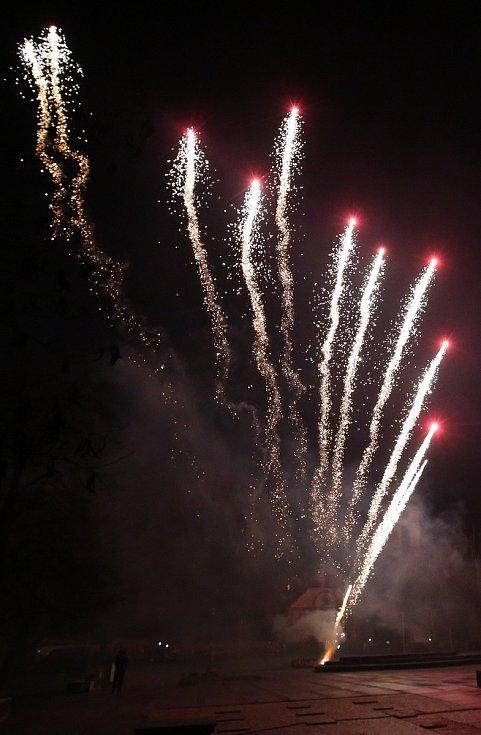 Několik tisíc místních i přespolních obyvatel sledovalo tradiční velkolepý silvestrovský ohňostroj na náměstí v Lovosicích.
