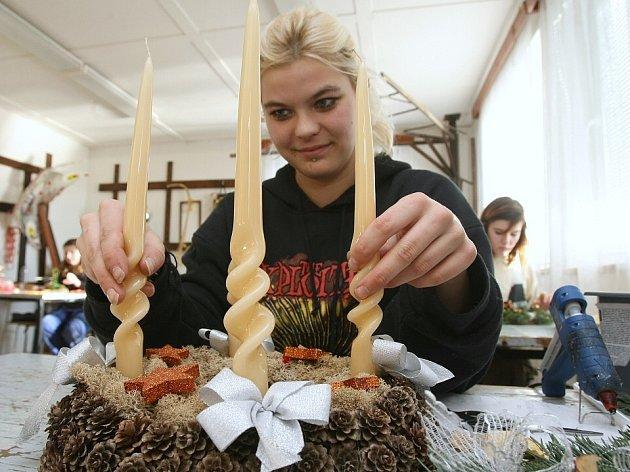 Zhruba pět stovek vánočních svícnů a věnců připravili v posledních dnech žáci lovosického učiliště.