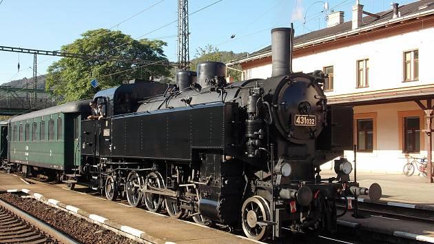 Historická souprava tažená parní lokomotivou 431.032, s přezdívkou Ventilovka, vyrazí v sobotu na Prvního máje po Švestkové dráze z Litoměřic do Mostu.