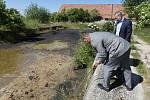 Ministr životního prostředí Richard Brabec uvolnil dotaci na likvidaci ekologické zátěže v Rohatcích na Litoměřicku. K ekologické likvidaci jsou zde tři plné silážní jámy ropných kalů.
