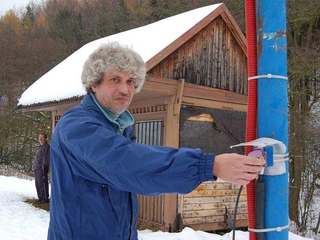 Ladislav Beneš v sobotu poprvé spustil lyžařský vlek.