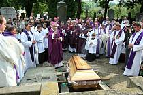 Po 36 letech byla v roce 2010 otevřena biskupská hrobka na litoměřickém hřbitově.