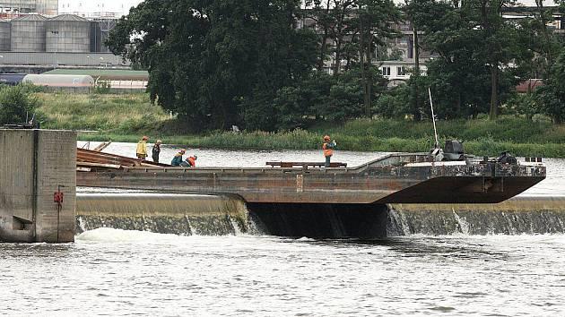 Uvázlá loď z druhého břehu.