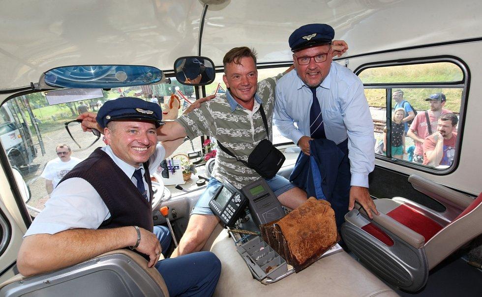 Uličníka Tomáše z filmu Páni kluci Michaela Dymka (uprostřed) a herce Václava Koptu (vpravo) si mohli užít v roce 2019 cestující při jízdě historickým autobusem z Úštěku do Zubrnic.